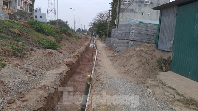 """Sửa chữa con đường nhằng nhịt """"ổ trâu"""" giữa Thủ đô sau phản ánh của Tiền Phong - ảnh 1"""