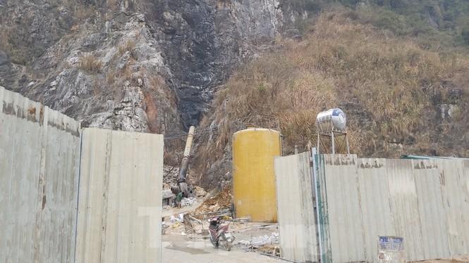 Lò đốt thải khói độc, nước đen ngòm cạnh vách núi ngoại thành Hà Nội - ảnh 2