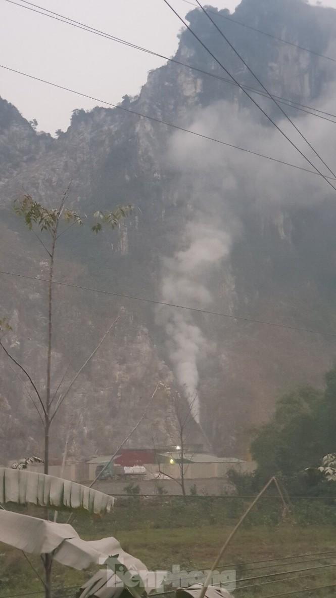 Lò đốt thải khói độc, nước đen ngòm cạnh vách núi ngoại thành Hà Nội - ảnh 3