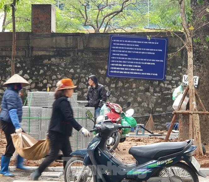 Quét nước xi măng lên đá lat vỉa hè Hà Nội: Hành vi hết sức lạ lùng - ảnh 7