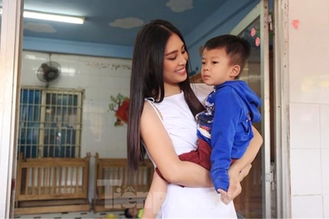 Hoa hậu Tiểu Vy truyền cảm hứng cho những mảnh đời bất hạnh ở Bình Dương - ảnh 1