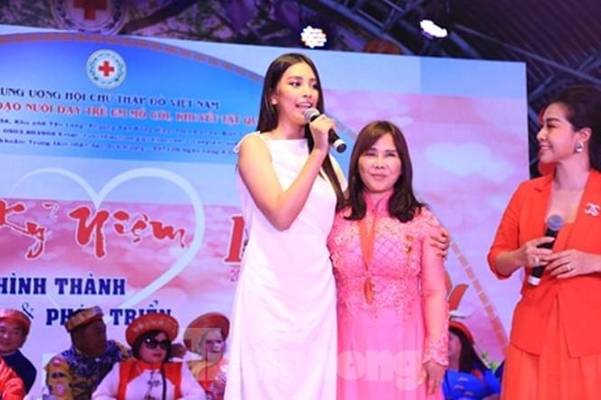 Hoa hậu Tiểu Vy truyền cảm hứng cho những mảnh đời bất hạnh ở Bình Dương - ảnh 6