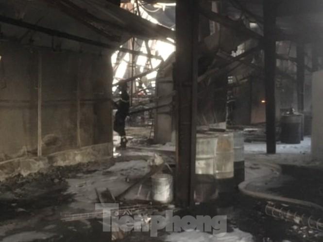 Lửa thiêu rụi công ty gỗ rộng 2.000m2 ở khu công nghiệp Bình Dương - ảnh 3