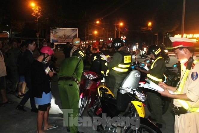 Đi bão mừng U22 chiến thắng, xe ô tô đâm gãy cột điện 2 người bị thương - ảnh 4