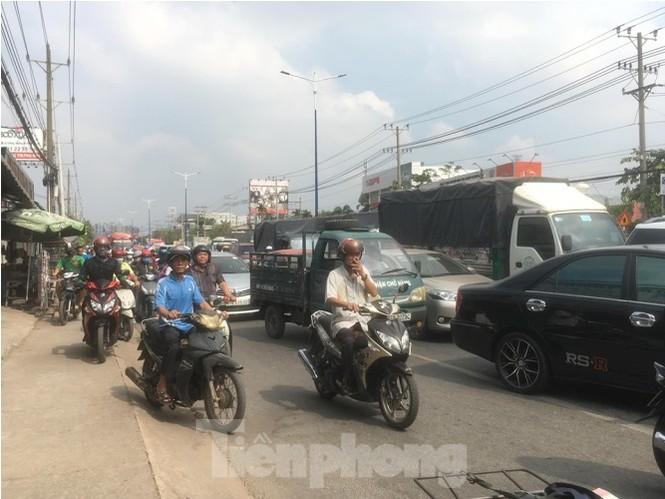 Xe chở 50 con heo tông vào nhà dân khiến quốc lộ 13 kẹt cứng 2km - ảnh 1