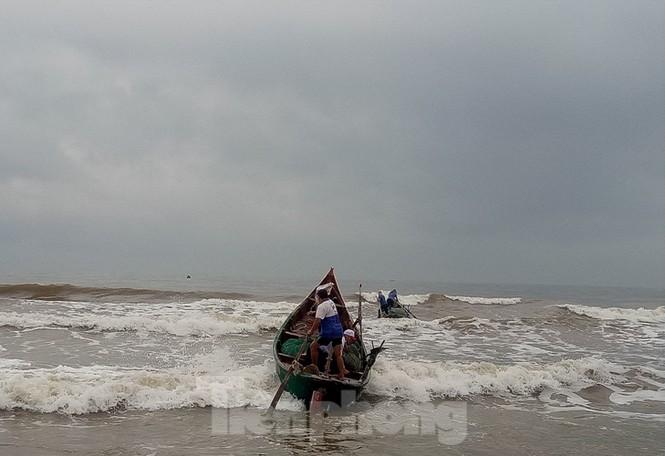 Ngư dân vượt sóng dữ kiếm 'lộc trời' ngày cuối năm - ảnh 4