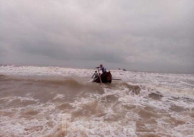 Ngư dân vượt sóng dữ kiếm 'lộc trời' ngày cuối năm - ảnh 6