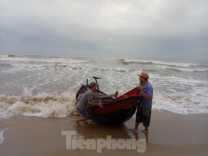 Ngư dân vượt sóng dữ kiếm 'lộc trời' ngày cuối năm - ảnh 3
