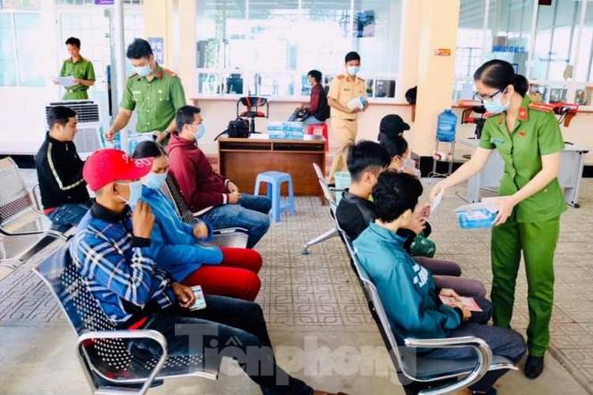 Hình ảnh đẹp của Đoàn thanh niên giúp dân chống dịch virus corona - ảnh 1