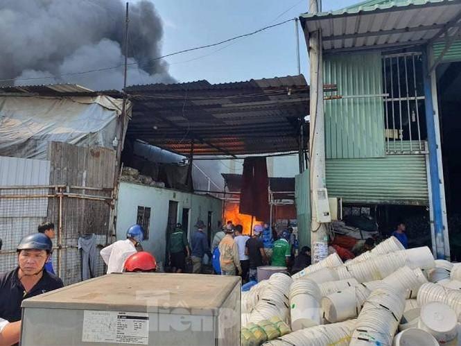 Bình Dương lại xảy ra cháy lớn trong khu dân cư, dân ôm đồ tháo chạy giữa trưa - ảnh 2
