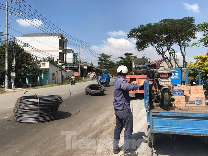 8 cuộn sắt lao từ container xuống đường đè bẹp xe máy đang lưu thông - ảnh 3
