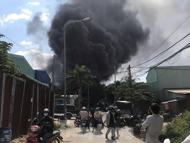 Hai nhà xưởng ở Bình Dương chím trong biển khói lửa - ảnh 2