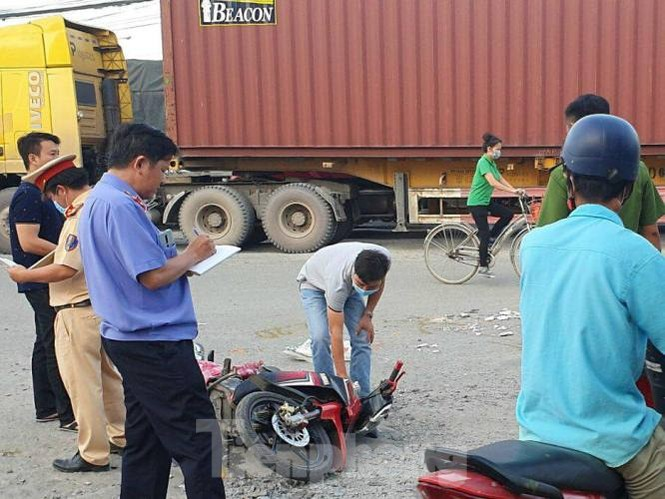 Xe container cán chết người giữa ngã tư rồi bỏ chạy - ảnh 1