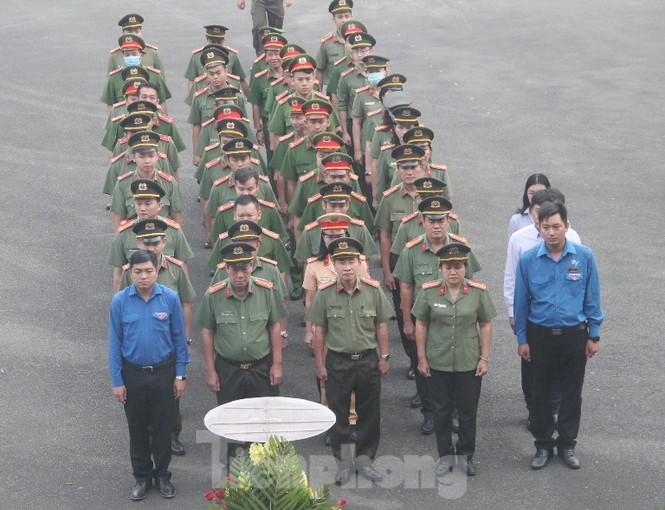 Công an Bình Dương ra quân hành động mừng 90 năm thành lập Đoàn - ảnh 5