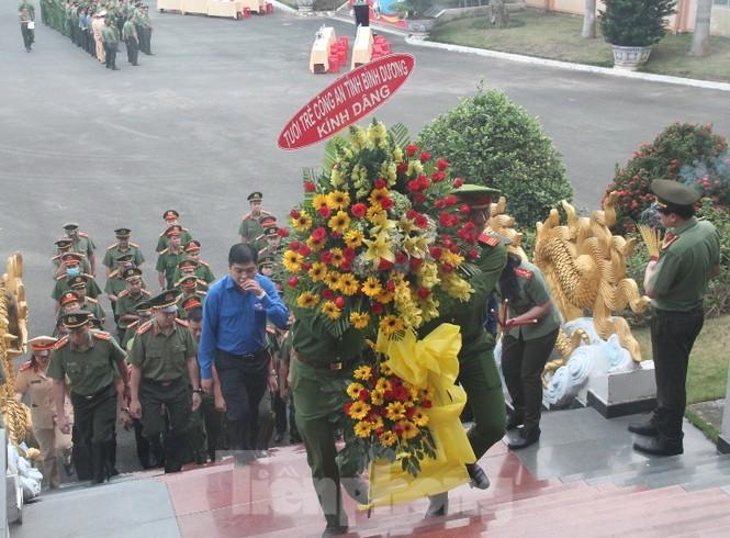 Công an Bình Dương ra quân hành động mừng 90 năm thành lập Đoàn - ảnh 6
