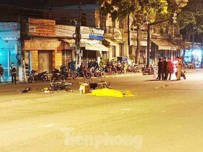 Xe máy vượt đèn đỏ gây tai nạn làm 2 người chết, 3 người nguy kịch - ảnh 1