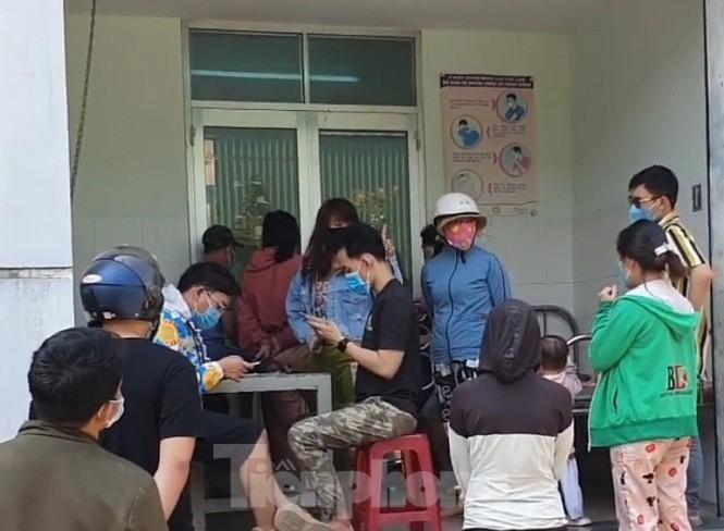 Trở lại làm việc sau Tết, công nhân ồ ạt đến trạm y tế khai báo - ảnh 1
