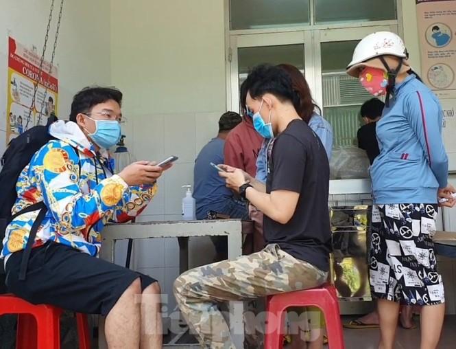 Trở lại làm việc sau Tết, công nhân ồ ạt đến trạm y tế khai báo - ảnh 2