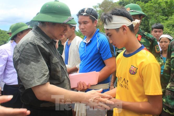 Trưởng ban Tổ chức Trung ương thăm hỏi, chỉ đạo khắc phục hậu quả mưa lũ - ảnh 1