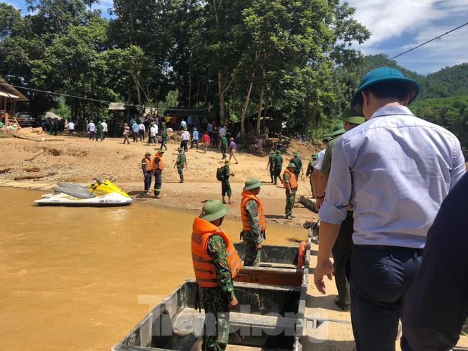 Trưởng ban Tổ chức Trung ương thăm hỏi, chỉ đạo khắc phục hậu quả mưa lũ - ảnh 13
