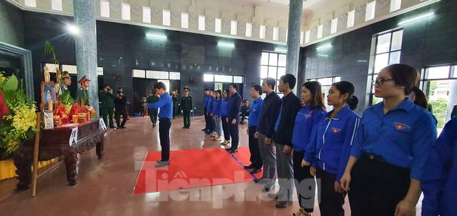 Người thân, đồng đội nghẹn ngào tiễn biệt Đại tá Hoàng Mai Vui hi sinh ở Rào Trăng 3 - ảnh 2
