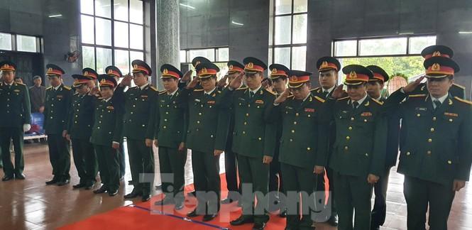 Người thân, đồng đội nghẹn ngào tiễn biệt Đại tá Hoàng Mai Vui hi sinh ở Rào Trăng 3 - ảnh 8