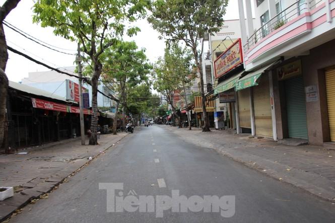 Đường phố miền Tây vắng vẻ trong ngày đầu cách ly toàn xã hội - ảnh 3