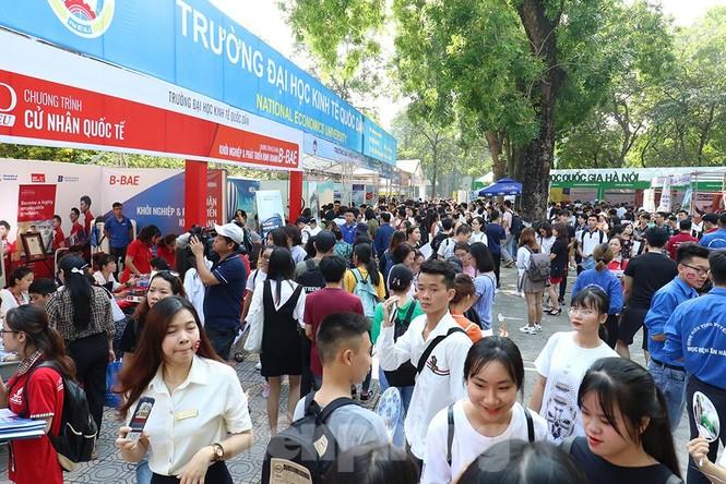 Hàng nghìn tân sinh viên muốn gì tại ngày hội tư vấn tuyển sinh - ảnh 13