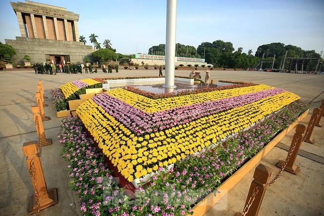 Những người thợ tận tâm dệt những thảm hoa, vườn cảnh quanh Lăng Bác - ảnh 13