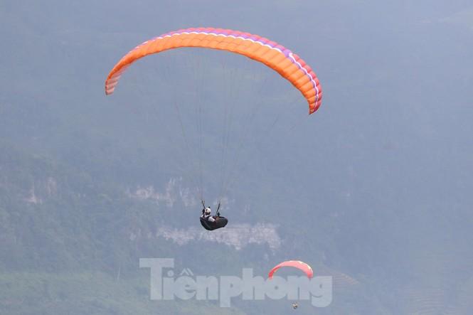 Những cánh dù bay trên biển mây Hồng Thái, Tuyên Quang - ảnh 9
