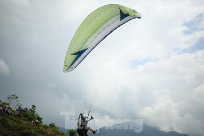 Những cánh dù bay trên biển mây Hồng Thái, Tuyên Quang - ảnh 11