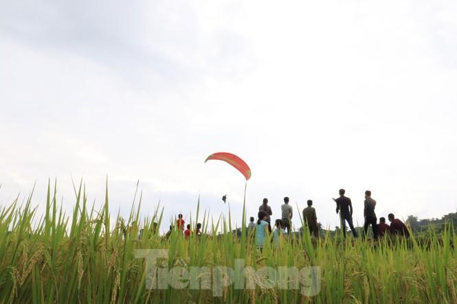 Những cánh dù bay trên biển mây Hồng Thái, Tuyên Quang - ảnh 15
