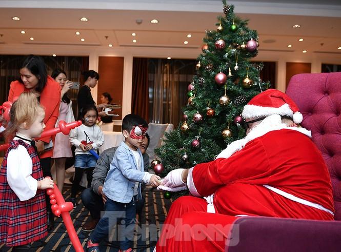 Trung tâm thương mại, siêu thị Hà Nội trang hoàng đón mùa Giáng sinh - ảnh 13