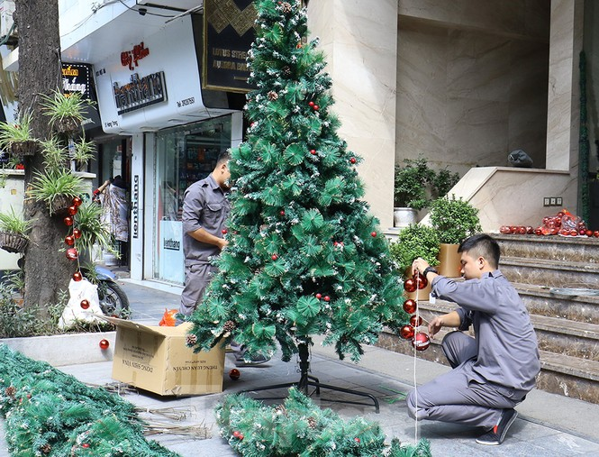 Trung tâm thương mại, siêu thị Hà Nội trang hoàng đón mùa Giáng sinh - ảnh 1