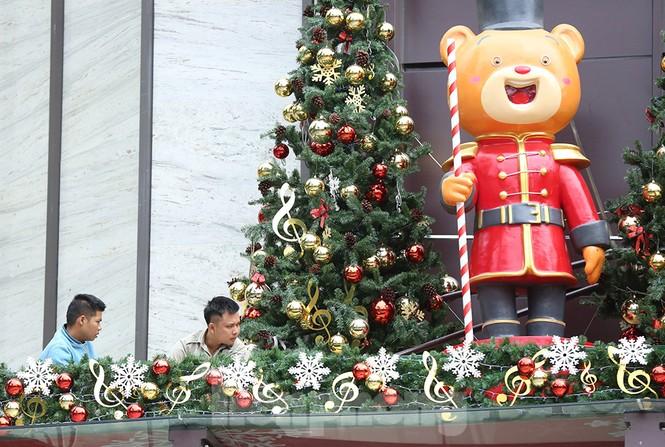 Trung tâm thương mại, siêu thị Hà Nội trang hoàng đón mùa Giáng sinh - ảnh 2