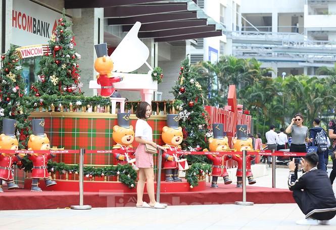 Trung tâm thương mại, siêu thị Hà Nội trang hoàng đón mùa Giáng sinh - ảnh 3