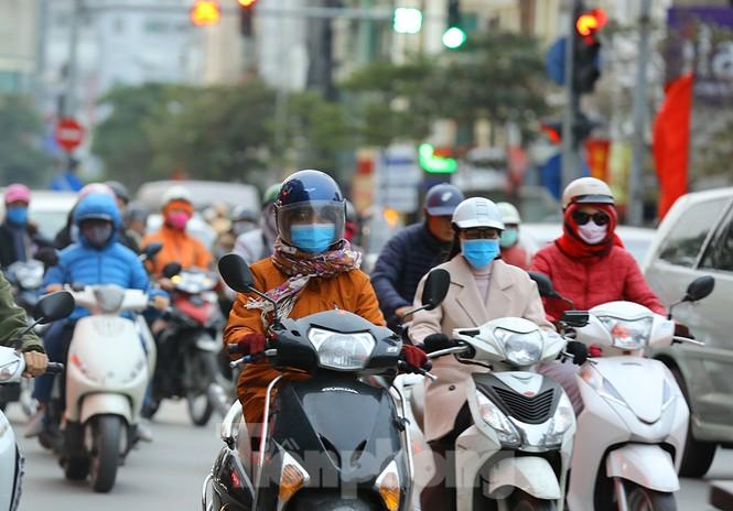 Người dân Hà Nội run run ngoài phố lạnh mùa Đông - ảnh 9