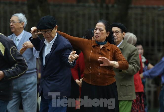 Người dân Hà Nội run run ngoài phố lạnh mùa Đông - ảnh 10