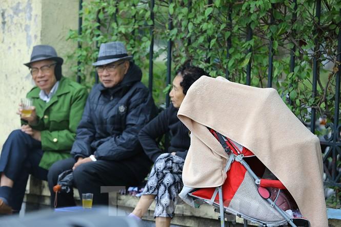 Người dân Hà Nội run run ngoài phố lạnh mùa Đông - ảnh 11