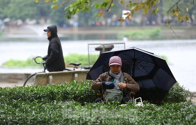 Người dân Hà Nội run run ngoài phố lạnh mùa Đông - ảnh 12