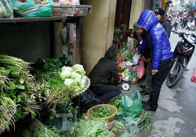 Người dân Hà Nội run run ngoài phố lạnh mùa Đông - ảnh 13