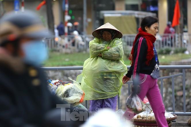 Người dân Hà Nội run run ngoài phố lạnh mùa Đông - ảnh 1
