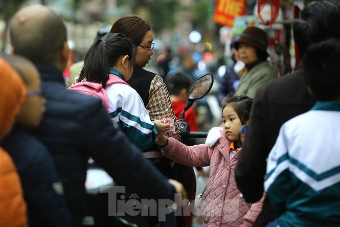 Người dân Hà Nội run run ngoài phố lạnh mùa Đông - ảnh 4