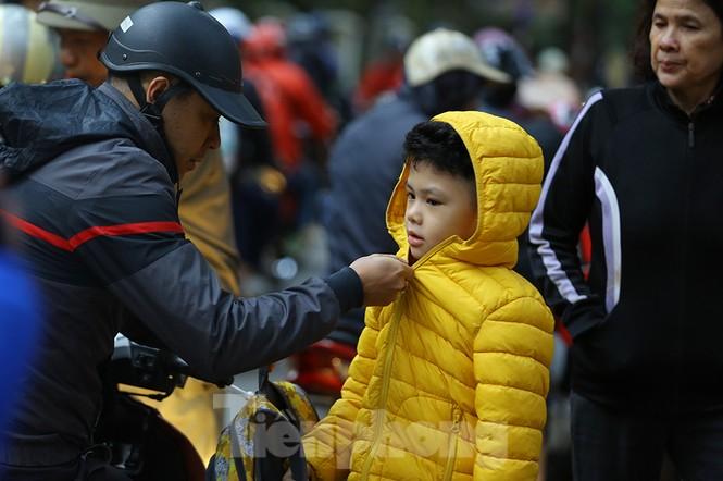 Người dân Hà Nội run run ngoài phố lạnh mùa Đông - ảnh 5