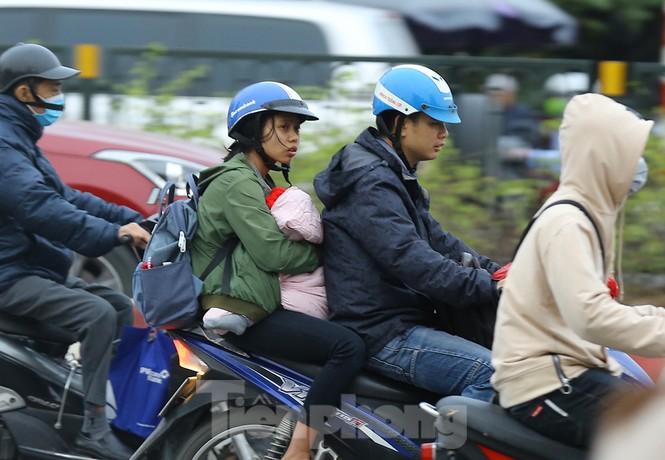 Người dân Hà Nội run run ngoài phố lạnh mùa Đông - ảnh 6
