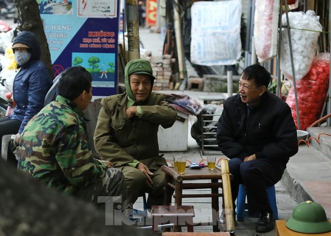 Người dân Hà Nội run run ngoài phố lạnh mùa Đông - ảnh 7
