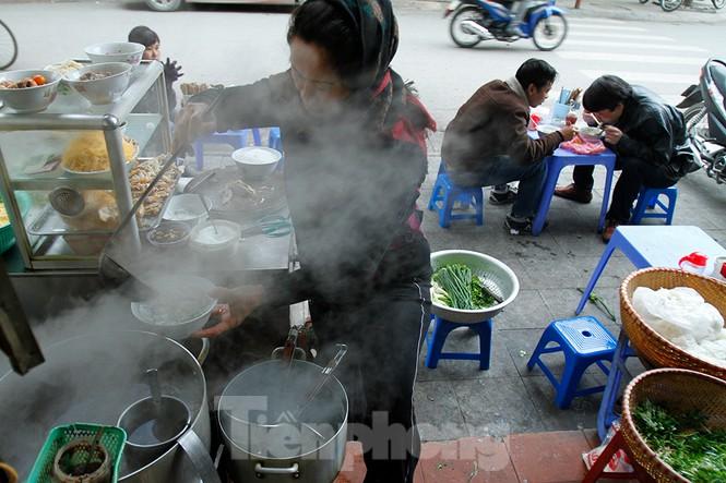Người dân Hà Nội run run ngoài phố lạnh mùa Đông - ảnh 8