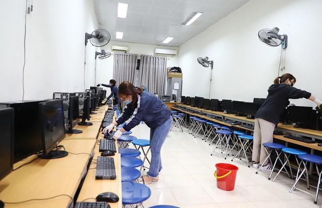 Cận cảnh các trường Hà Nội vệ sinh khử khuẩn phòng dịch virus corona - ảnh 7