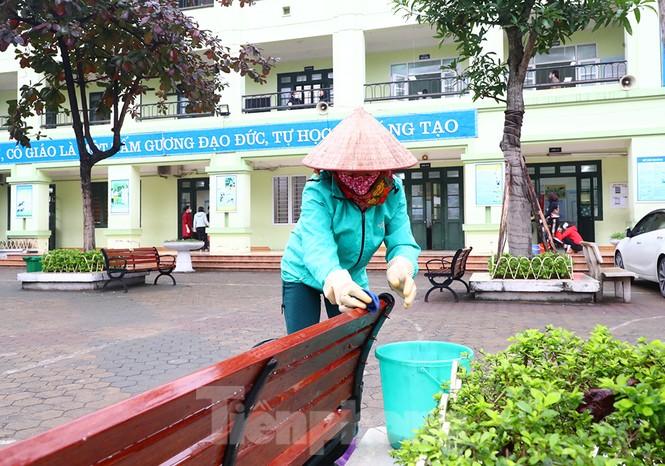 Cận cảnh các trường Hà Nội vệ sinh khử khuẩn phòng dịch virus corona - ảnh 1