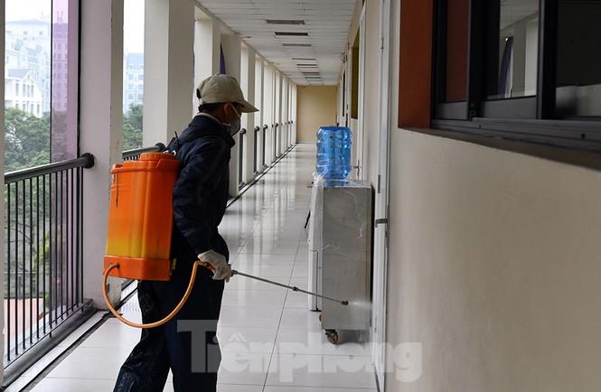 Cận cảnh các trường Hà Nội vệ sinh khử khuẩn phòng dịch virus corona - ảnh 14